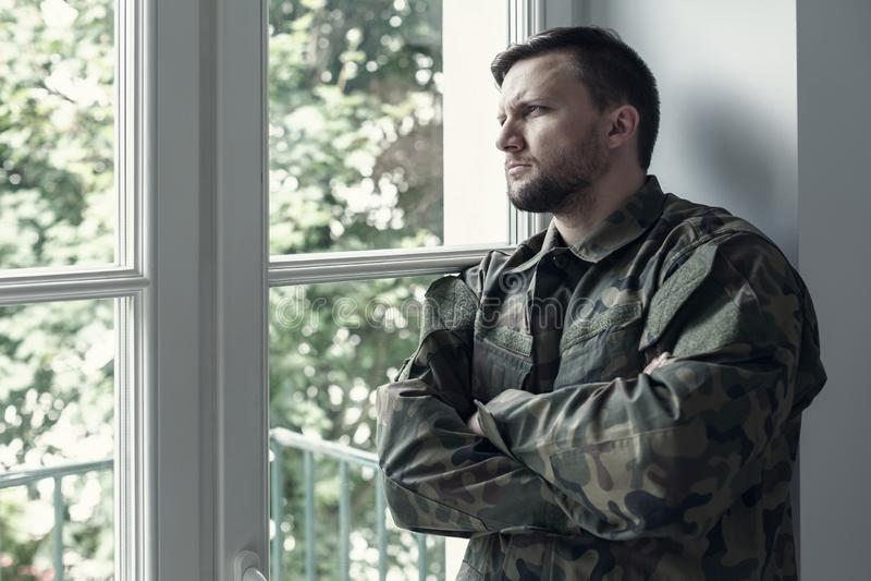 Fachowy żołnierz w zielonym Moro mundurze z wojennym syndromu i przemoc problemem zdjęcie stock