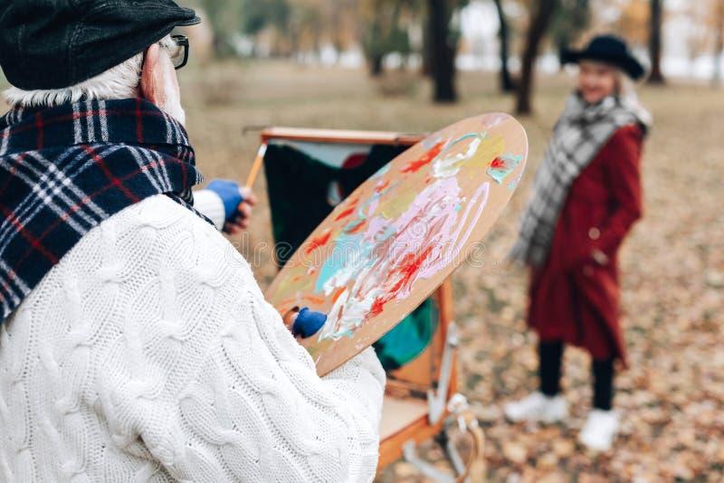 Fachowy artysta rysuje jego żony w parku obraz stock