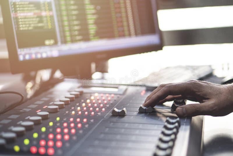 Fachowy audio miesza konsolę z faders i przystosowywa gałeczki fotografia royalty free