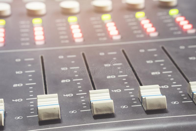 Fachowy audio miesza konsolę z faders i przystosowywa gałeczki - radio zdjęcie stock