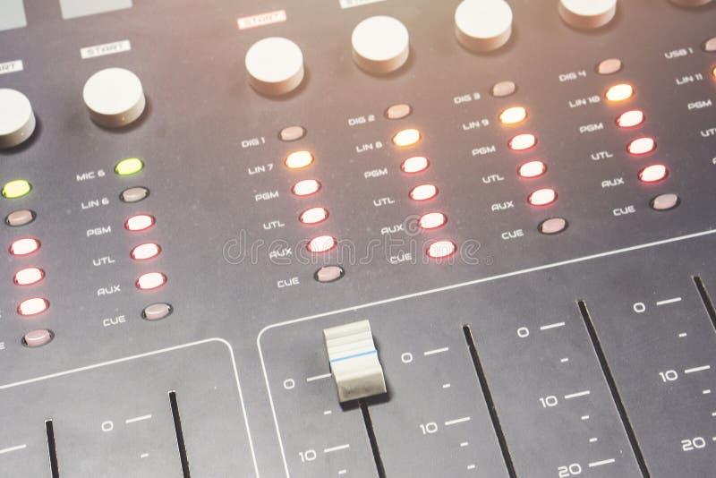 Fachowy audio miesza konsolę z faders i przystosowywa gałeczki - radio zdjęcie royalty free