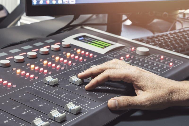 Fachowy audio miesza konsolę z faders i przystosowywa gałeczki - radio obraz stock