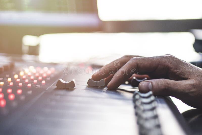 Fachowy audio miesza konsolę z faders i przystosowywa gałeczki - radio obrazy royalty free