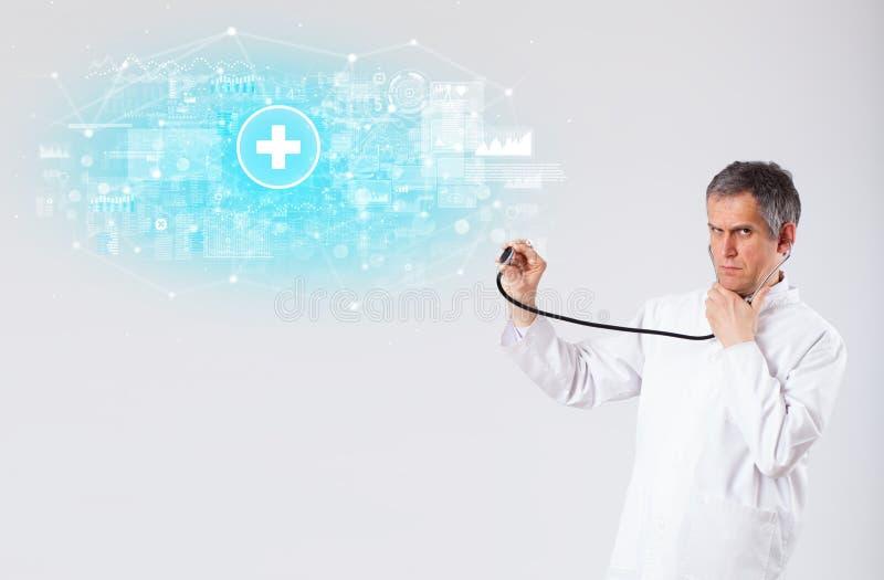 Fachowy badacz z stetoskopem zdjęcia stock