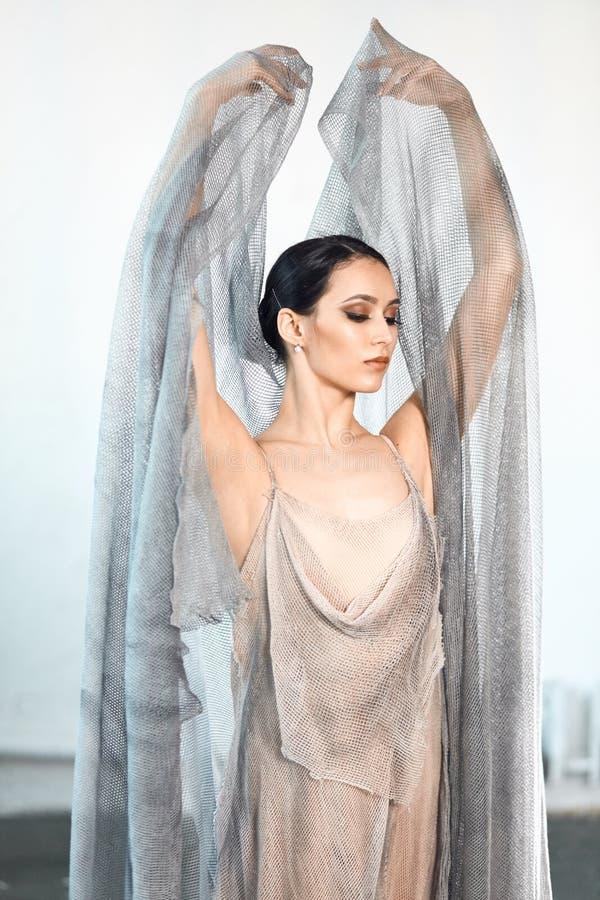 Fachowy baletniczy tancerz odpoczywa po wyst?pu sztuki t?a czer? poj?cia maski farby czerwony punktu biel obraz royalty free