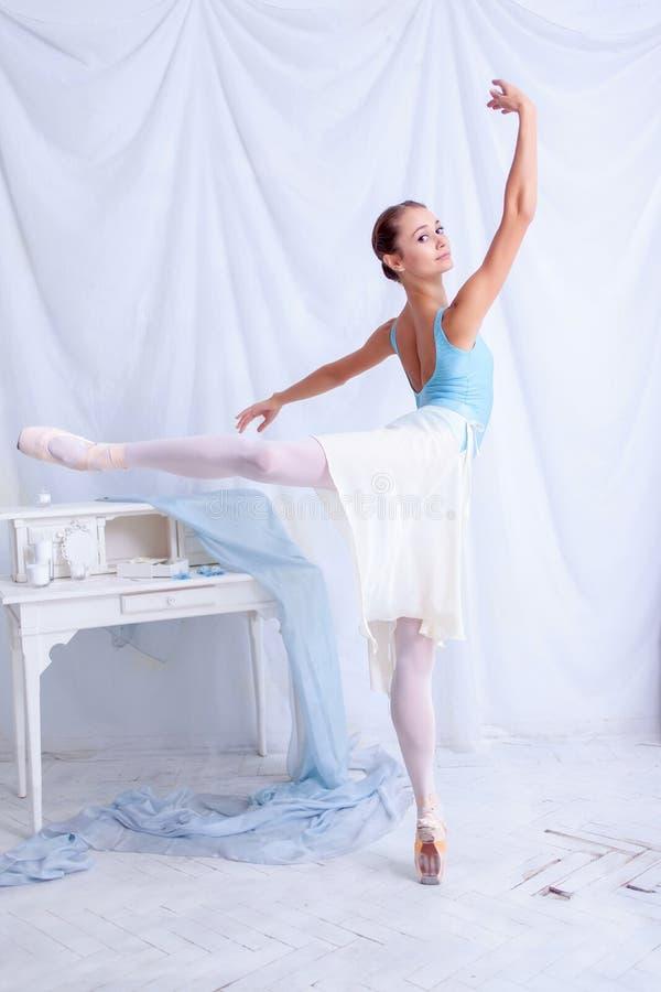 Fachowy baletniczy tancerz pozuje na bielu obrazy royalty free