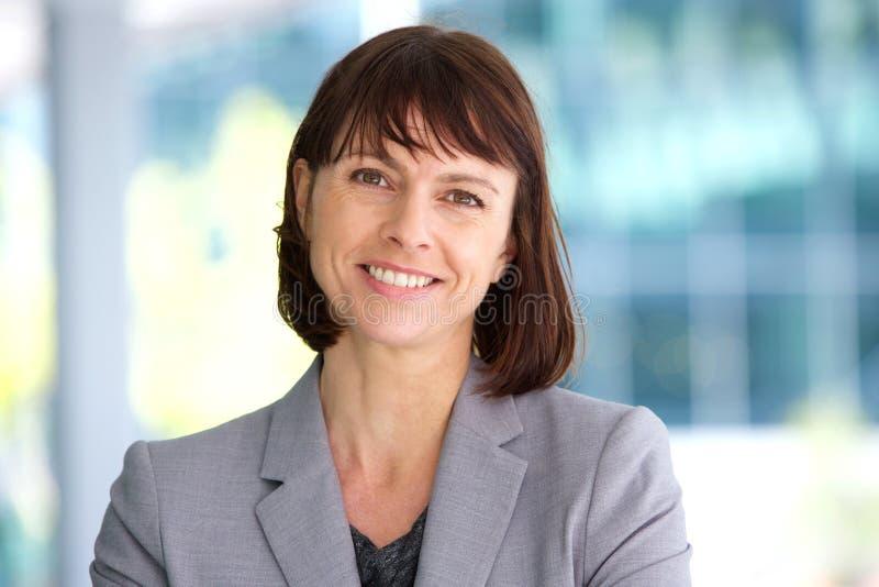 Fachowy biznesowej kobiety ono uśmiecha się plenerowy zdjęcie royalty free