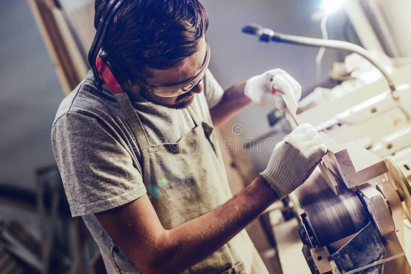 Fachowy cieśla pracuje z pasowym sander w joinery fotografia royalty free