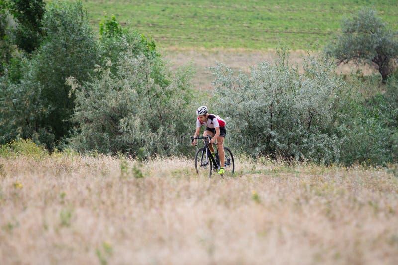 Fachowy cyklista jedzie outdoors obraz stock