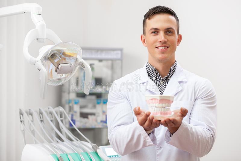 Fachowy dentysta pracuje przy jego stomatologiczną kliniką obrazy royalty free