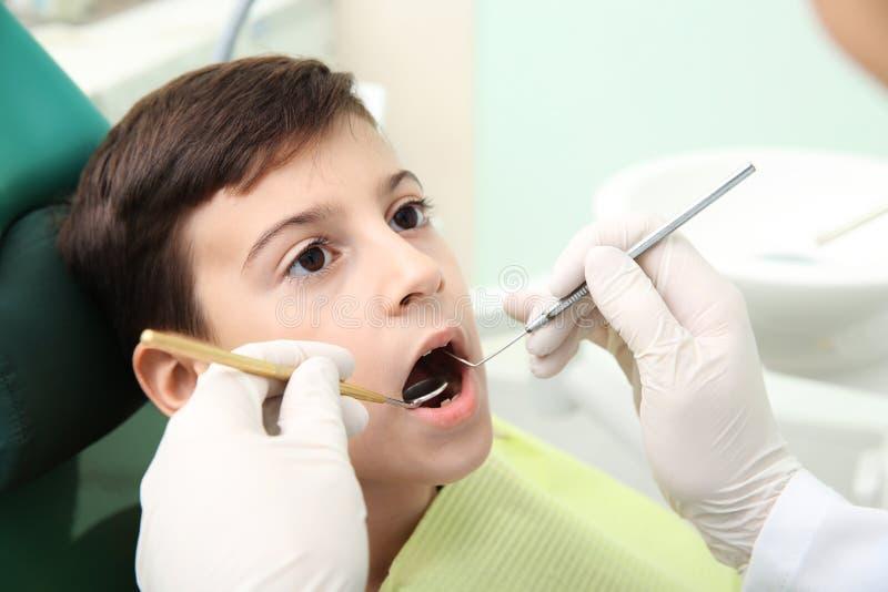 Fachowy dentysta pracuje z małym pacjentem obrazy stock