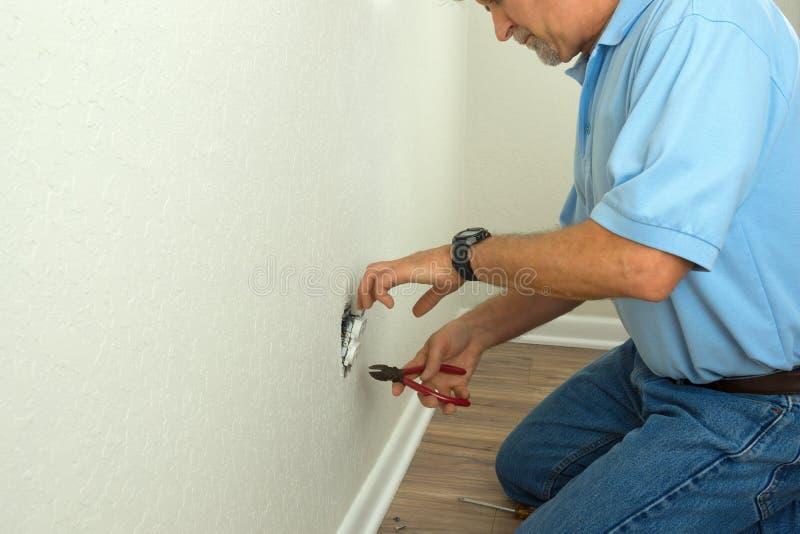 Fachowy elektryk lub doświadczony właściciela domu naprawianie łamający obraz royalty free