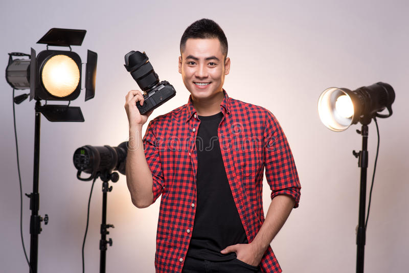 Fachowy fotograf Portret ufny młody człowiek w sh zdjęcia royalty free