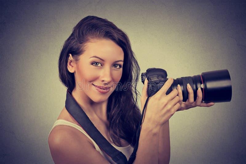 Fachowy fotograf trzyma cyfrową kamerę i ono uśmiecha się obrazy royalty free