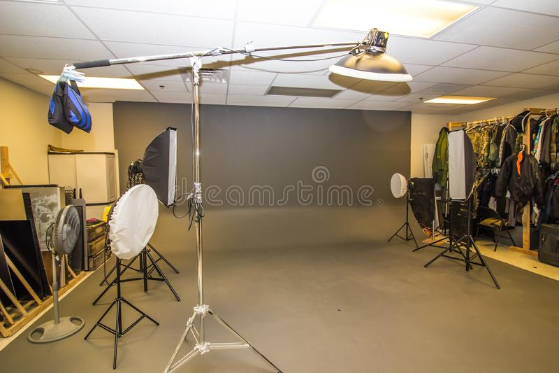 Fachowy fotografii studio Z oświetleniem I wsparciami obrazy royalty free