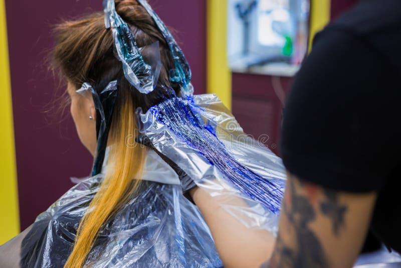 Fachowy fryzjer kolorystyki włosy kobieta klient przy studiiem zdjęcie stock