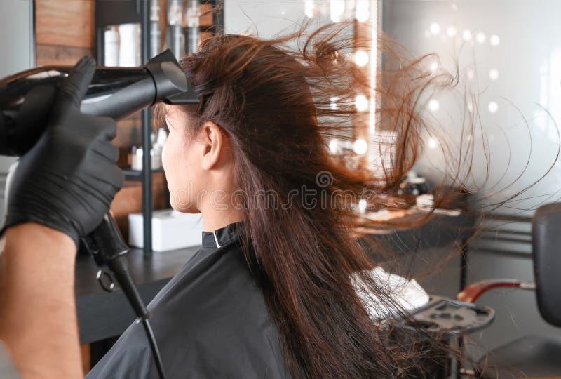 Fachowy fryzjer pracuje z klientem w pi?kno salonie zdjęcie royalty free