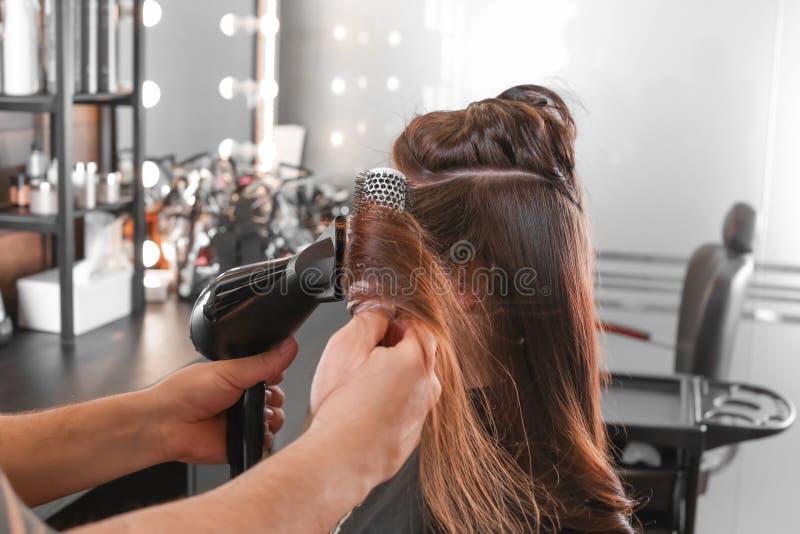 Fachowy fryzjer pracuje z klientem w pi?kno salonie zdjęcia royalty free