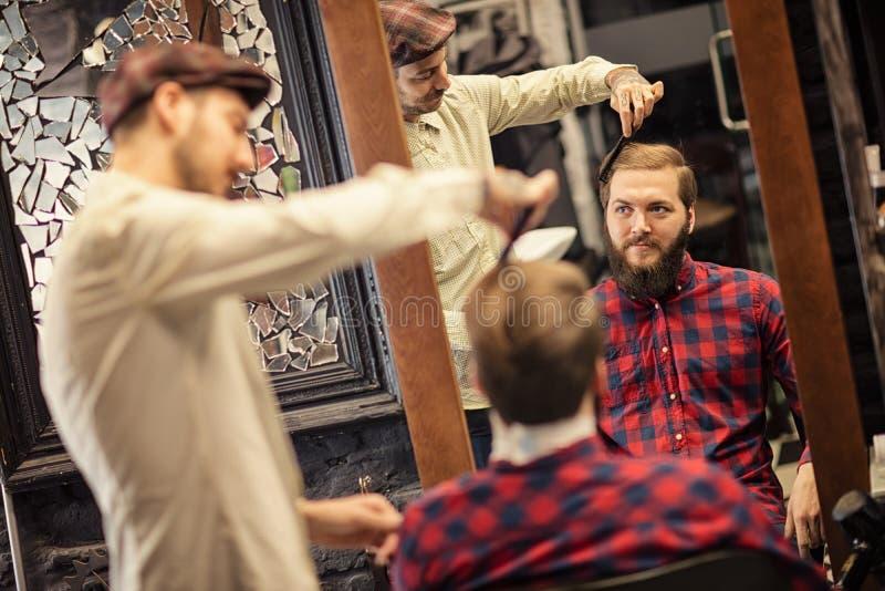 Fachowy fryzjer robi fryzurze zdjęcie royalty free