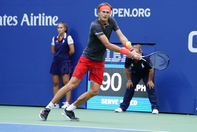 Fachowy gracz w tenisa Aleksander Zverev Niemcy w akcji podczas jego 2018 us open round 32 dopasowanie obraz royalty free