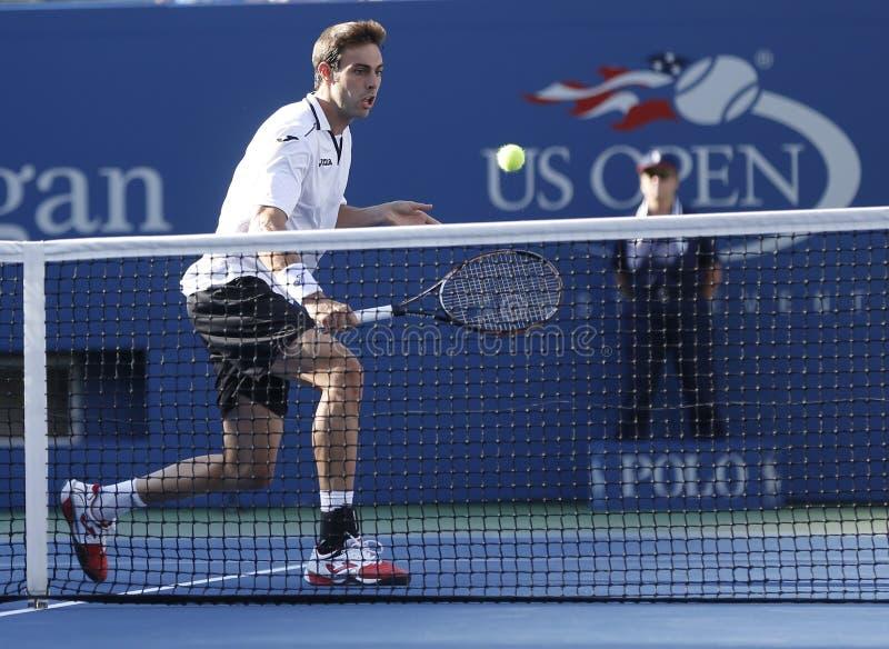 Fachowy gracz w tenisa Marcel Granollers podczas round dopasowania przy us open 2013 przeciw Novak Djokovic fourth obraz stock