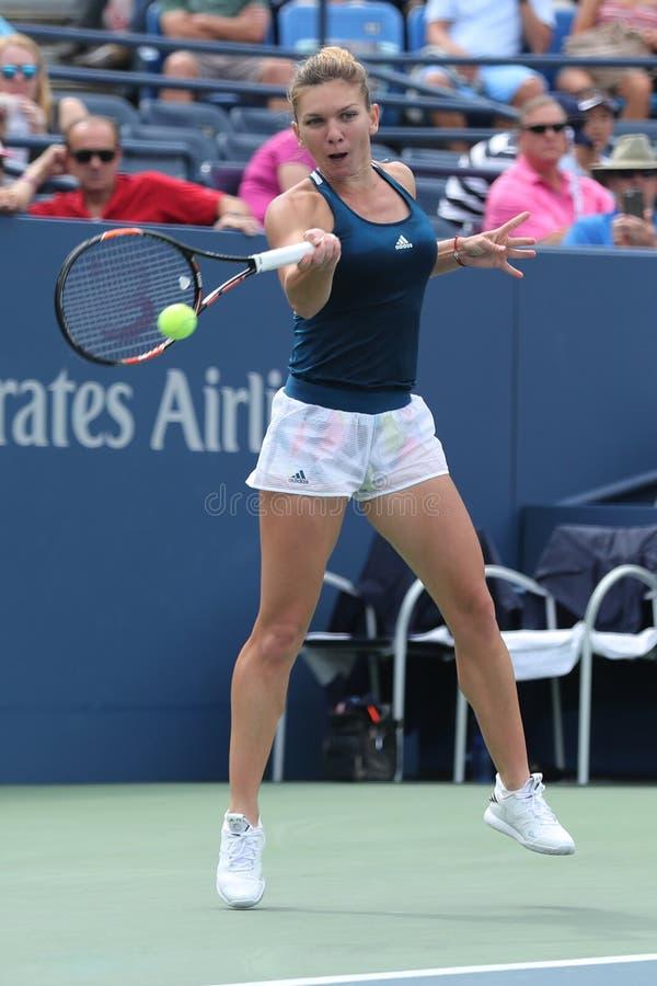 Fachowy gracz w tenisa Simona Halep Rumunia w akci podczas jej round cztery dopasowania przy us open 2016 obrazy royalty free