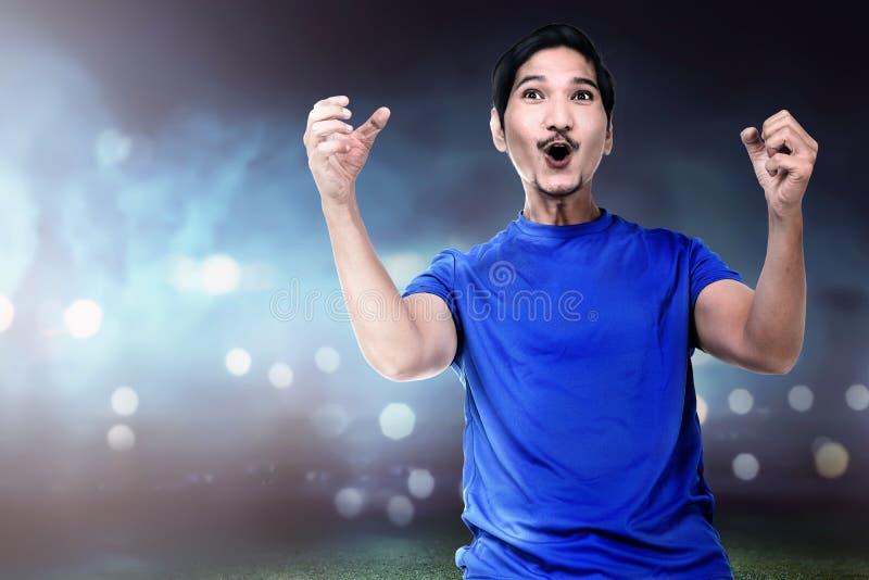 Fachowy gracza piłki nożnej mężczyzna z z podnieceniem wyrażeniem obrazy stock