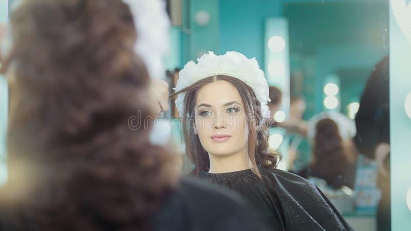 Fachowy hairstylist robi ślubnej fryzurze zdjęcia stock