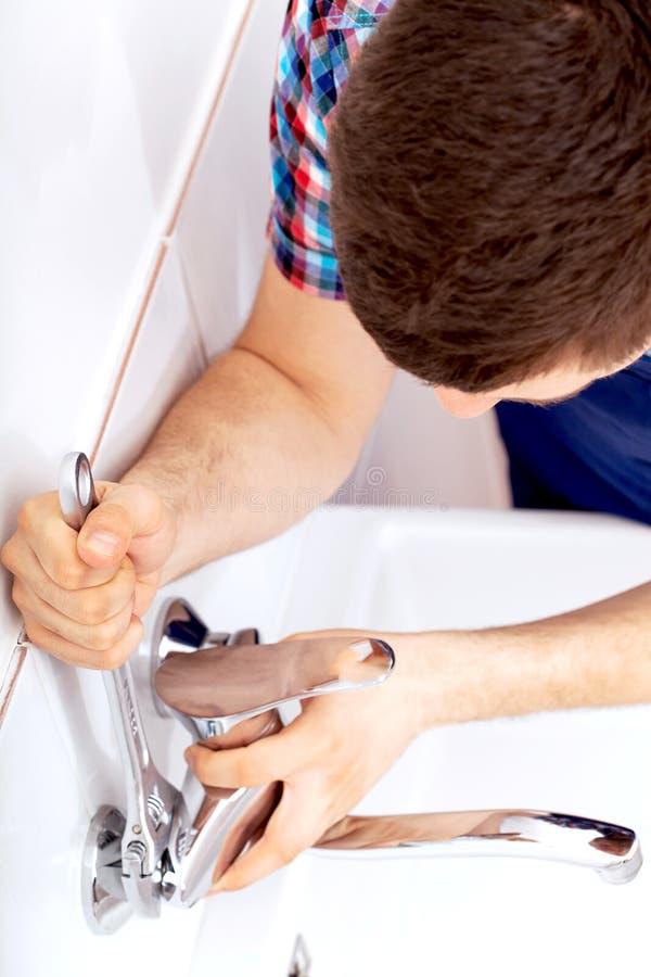 Fachowy hydraulik naprawia klepnięcie zdjęcie royalty free