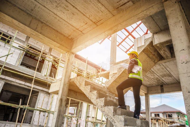 Fachowy inżyniera pracownik przy domowego budynku budową fotografia stock