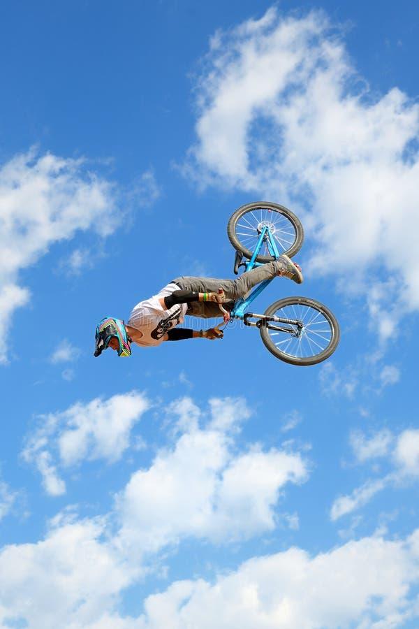 Fachowy jeździec przy MTB rywalizacją na drodze polnej przy LKXA Krańcowymi sportami Barcelona (góra Jechać na rowerze) obrazy stock