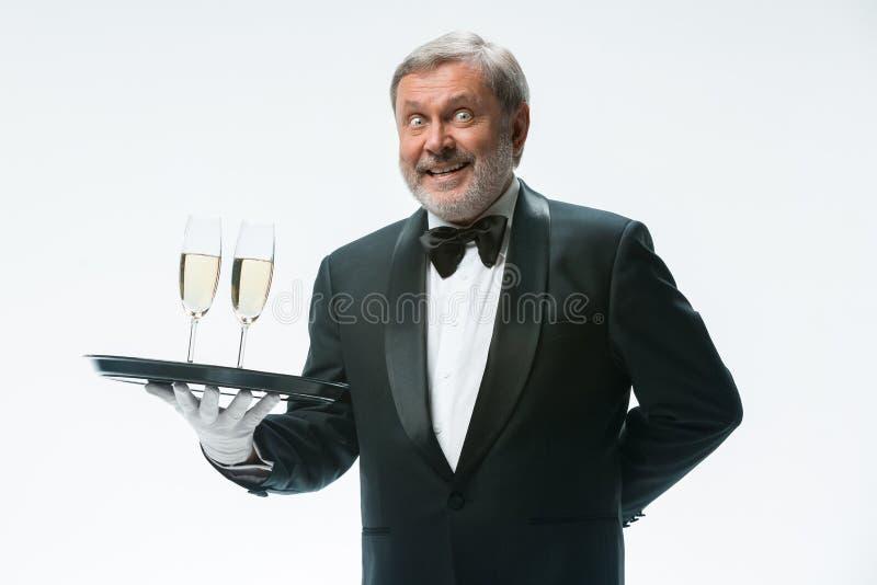 Fachowy kelner w mundurze słuzyć wino fotografia royalty free