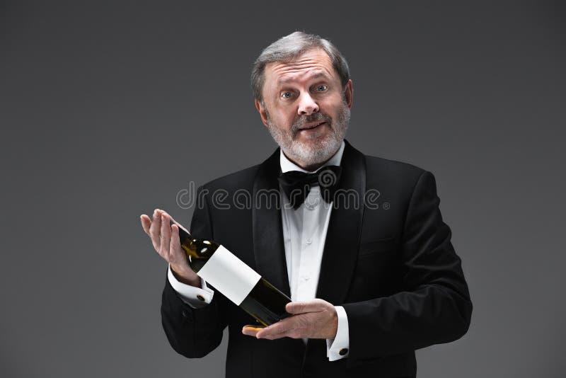 Fachowy kelner w mundurze słuzyć wino zdjęcia royalty free