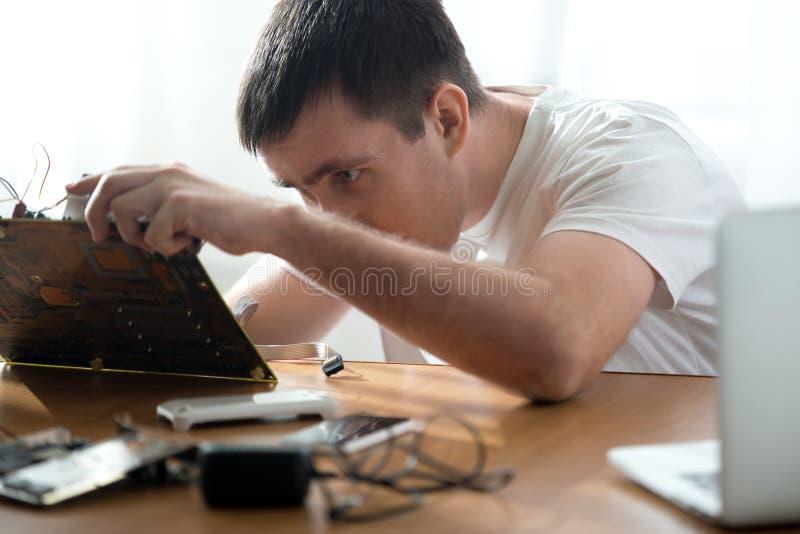 Fachowy komputerowy repairman zdjęcie royalty free