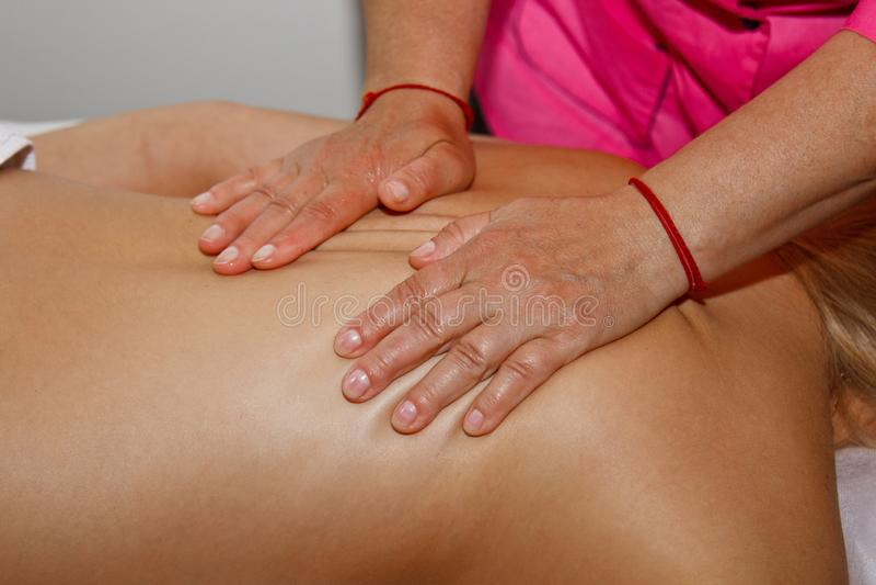 Fachowy leczniczy tylny masaż Kobiety lekarka masuje dziewczyny atleta w masażu pokoju Cia?o i opieka zdrowotna b?l obraz stock
