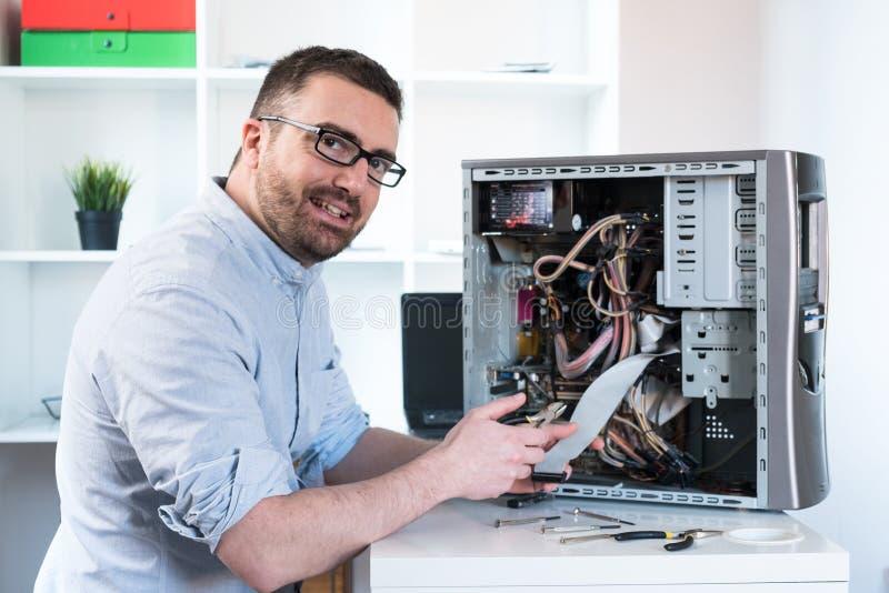 Fachowy mężczyzna naprawia komputerowego desktop i gromadzić zdjęcia stock