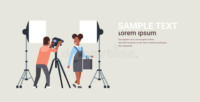 Fachowy mężczyzny fotograf używa dslr kamerę na tripod amerykanin afrykańskiego pochodzenia kobiety modela mknącej dziewczy ilustracji