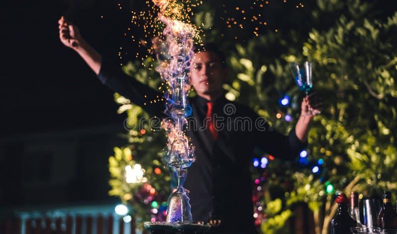 Fachowy męski barman przygotowywa mieszający koktajlu napój przy wioski nocy przyjęcia świętowaniem fotografia stock