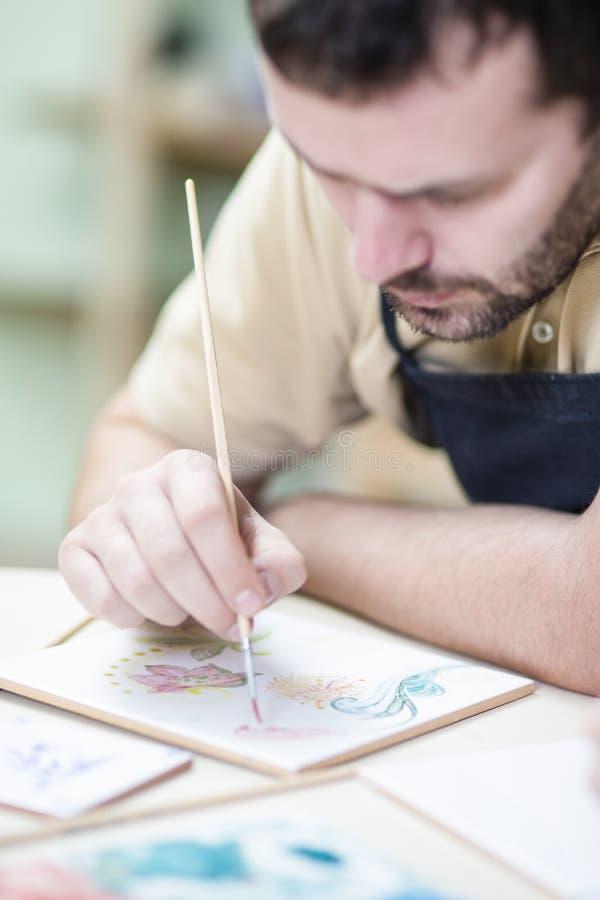 Fachowy Męski Ceramist obrazu i glazurowania Ceramiczny rzemiosło fotografia stock