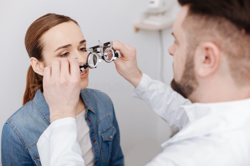 Fachowy męski oftalmolog przygotowywa robić oko testowi fotografia royalty free