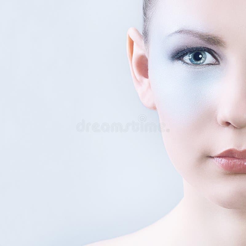 Fachowy Makeup dla brunetki z niebieskimi oczami Część twarz fotografia stock