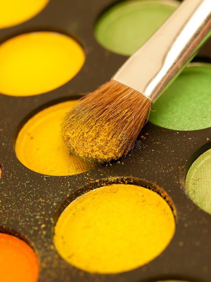 Fachowy makijażu muśnięcie na kolorowym eyeshadow obrazy royalty free