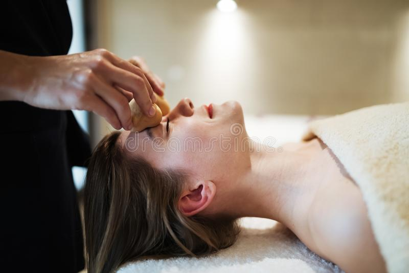 Fachowy masażysta pracuje na kliencie obrazy stock