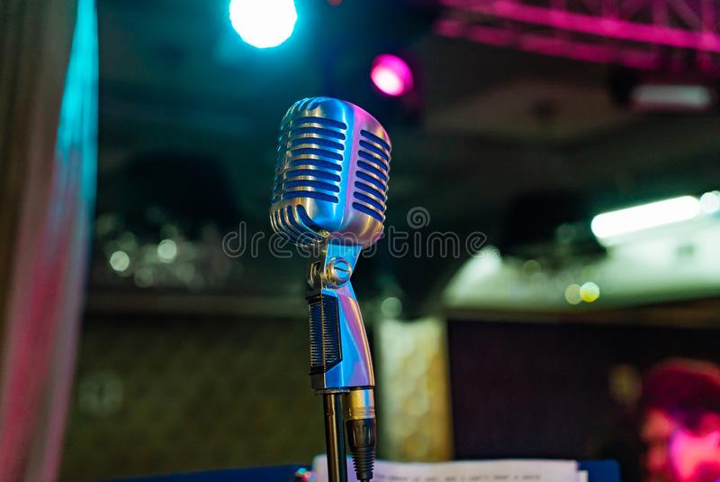Fachowy mikrofon nastrajający dla artysty jest w centrum scena fotografia stock
