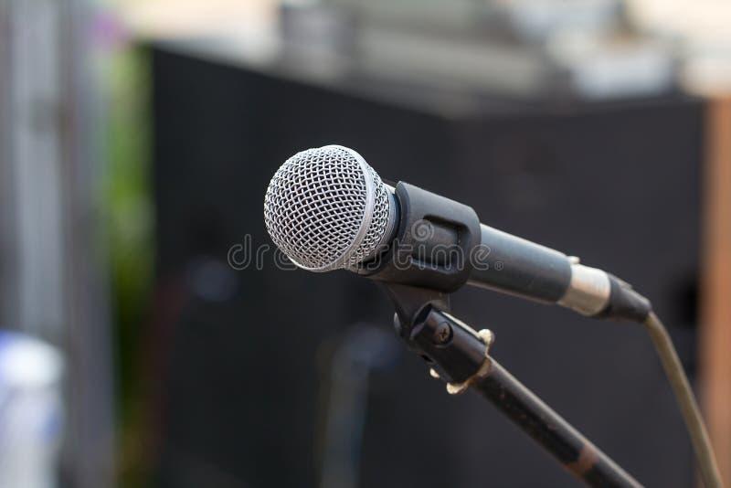 Fachowy mikrofon przeciw ludziom fotografia stock