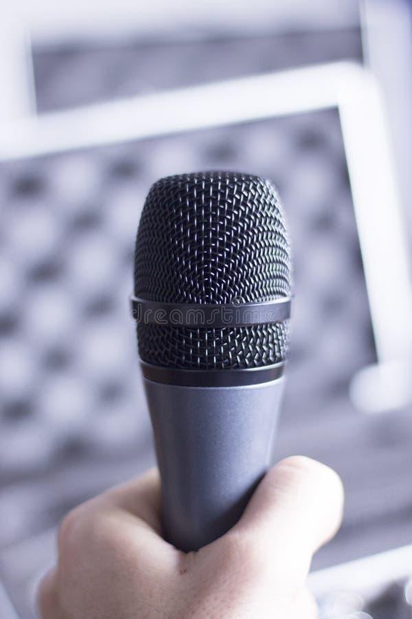 Fachowy mikrofon trzymający w ręce zdjęcie stock