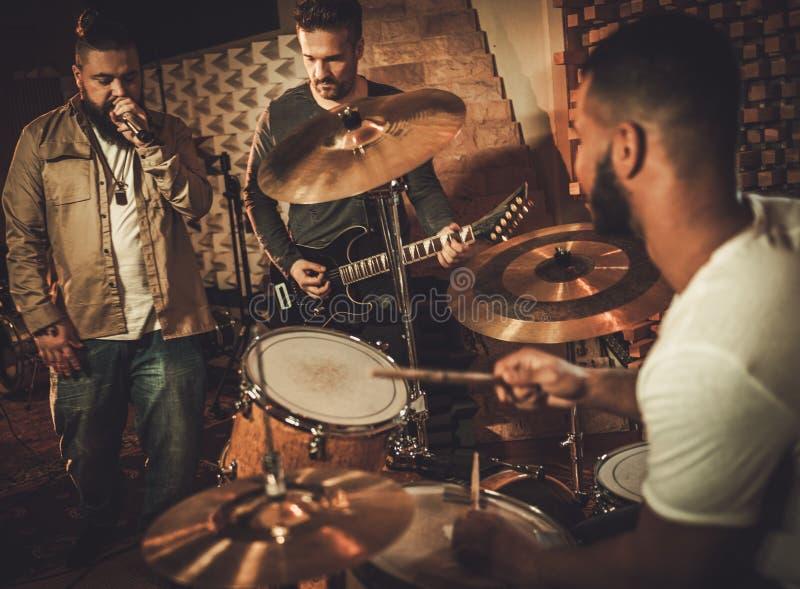 Fachowy muzyczny zespołu spełnianie w butika studiu nagrań zdjęcia royalty free