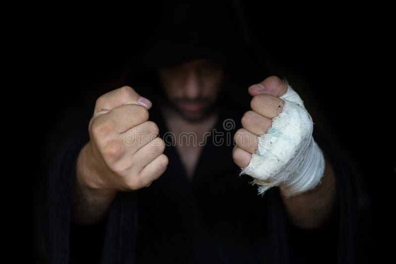 Fachowy nagrywać Bokser pięści przed burczeniem walka gotowa zdjęcia stock