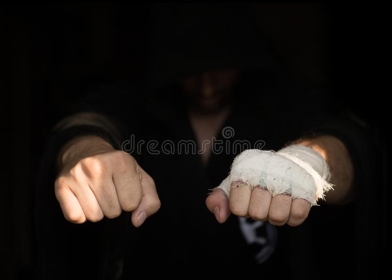 Fachowy nagrywać Ręki Pro bokser z bandażem na pięściach przed walką Fachowy wojownik przygotowywa w obraz stock