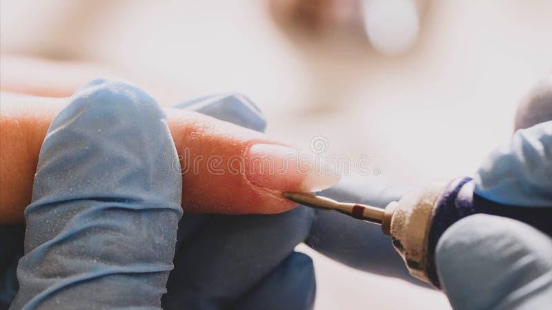 Fachowy narzędzia manicure używać elektryczną maszynę w piękno salonie zdjęcia royalty free